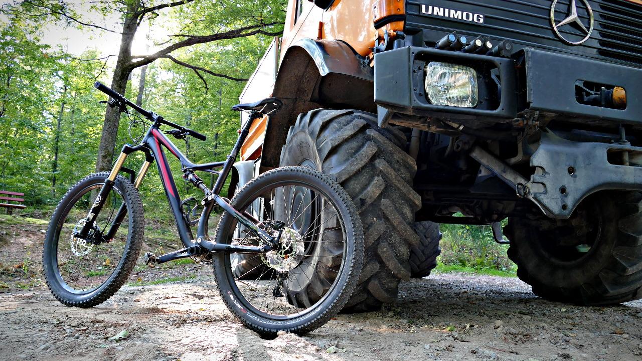 2016 Stumpjumper FSR Comp 6Fattie vor einem Unimog