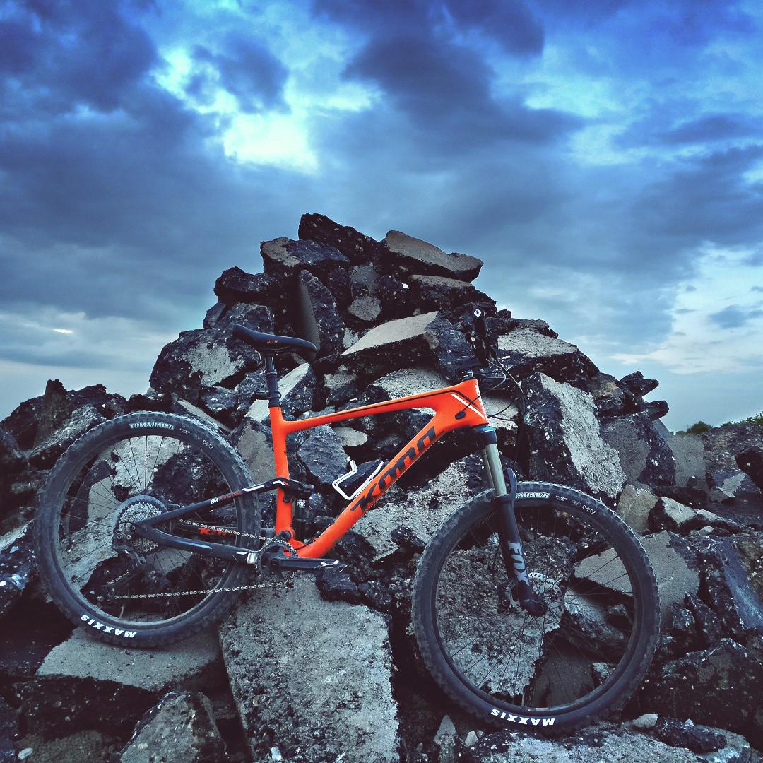Neues Kona Hei Hei Trail 27,5 Carbon vor aufgerissenem Asphalt
