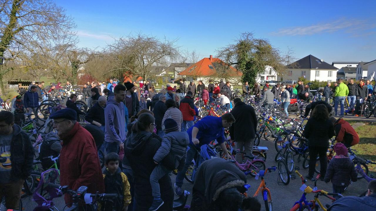 Fahrrad und Menschenmasse bei der Kuppenheimer Radbörse