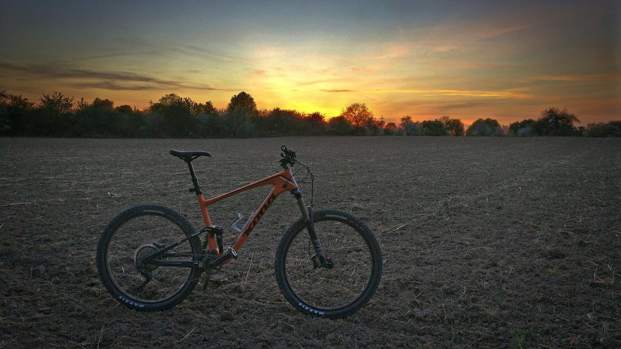 2017 Kona Hei Hei Trail 27,5 auf Acker vor Sonnenuntergang
