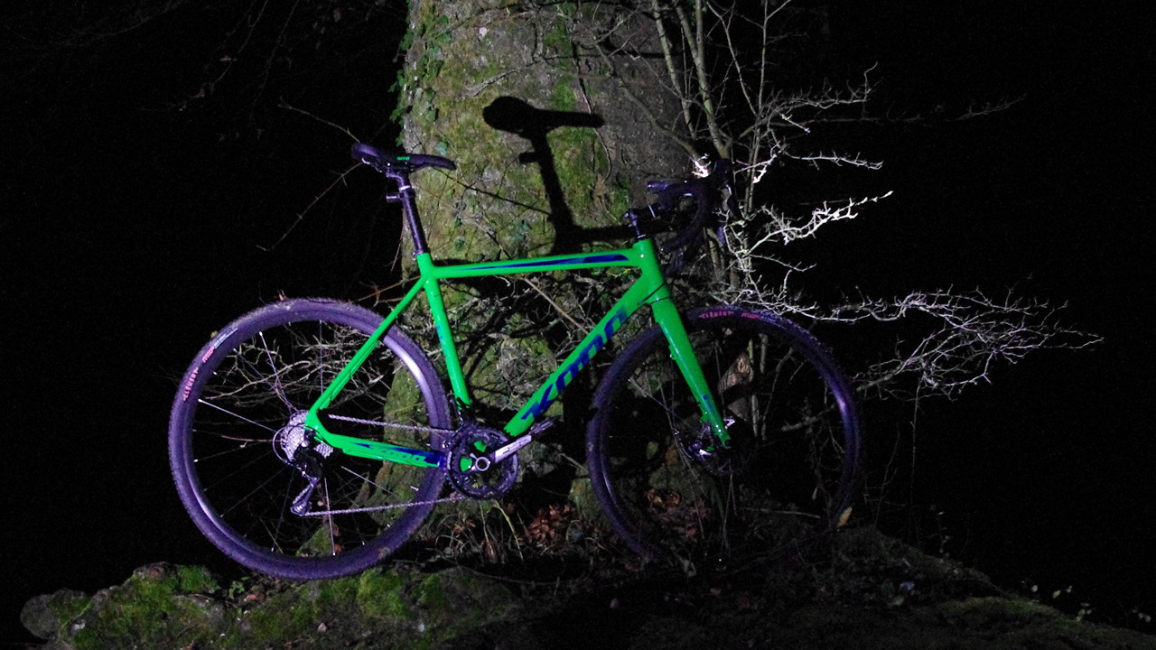 Jake the Snake CR bei nacht vor Baum von Scheinwerfern angestrahlt
