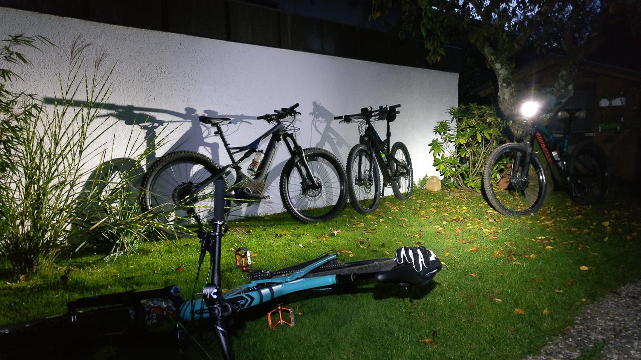 2018 Turbo Levo FSR Comp Carbon nachts zusammen mit anderen Mountainbikes im garten