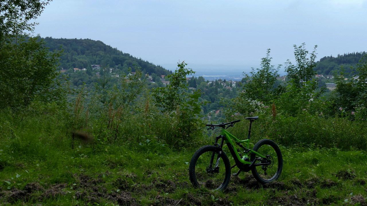 Blick auf Ebersteinburg mit Turbo Levo 6fattie im Vordergrund