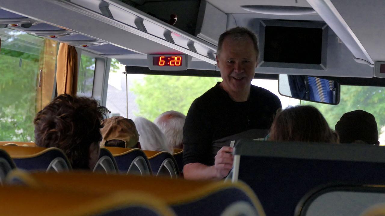 Klaus Kastner begrüßt seine Gäste zur Flyer Werksbesichtigung