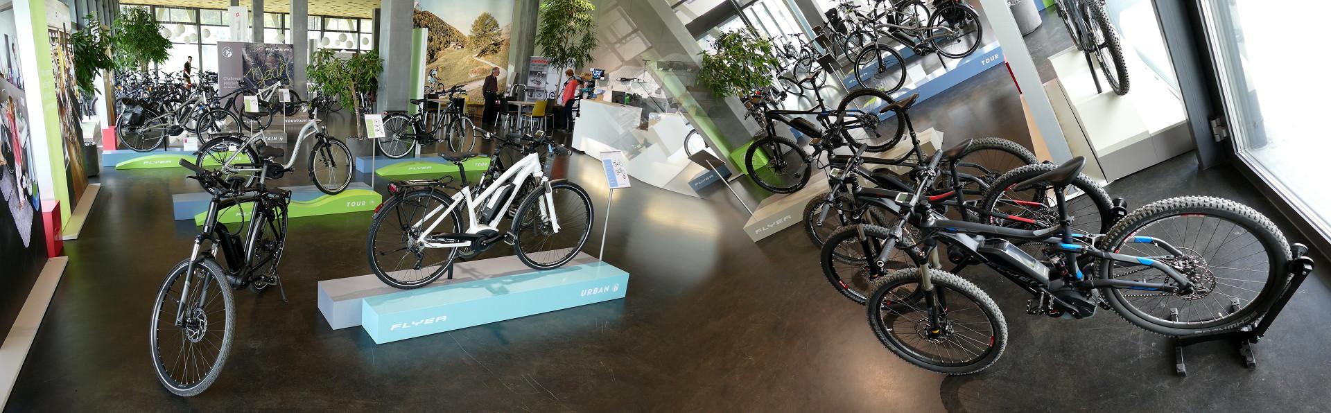 Flyer Werk Auststellungshalle voller Pedelecs und E-Bikes