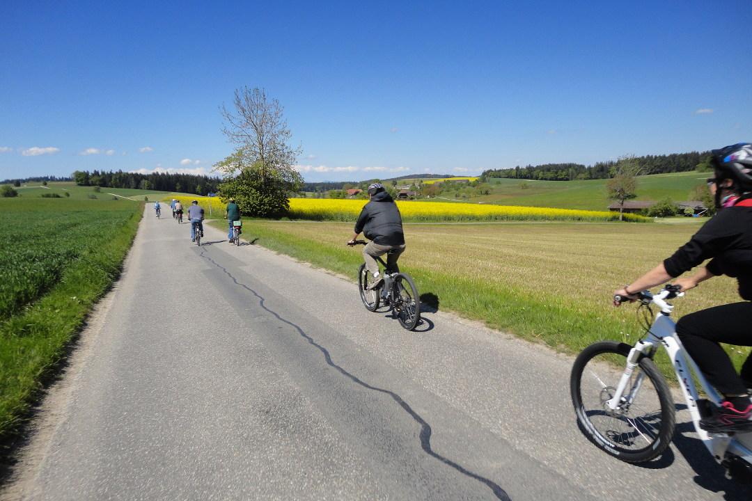 Flyer Werksbesichtigung E-Bike-Tour 2 schweizer Landschaft