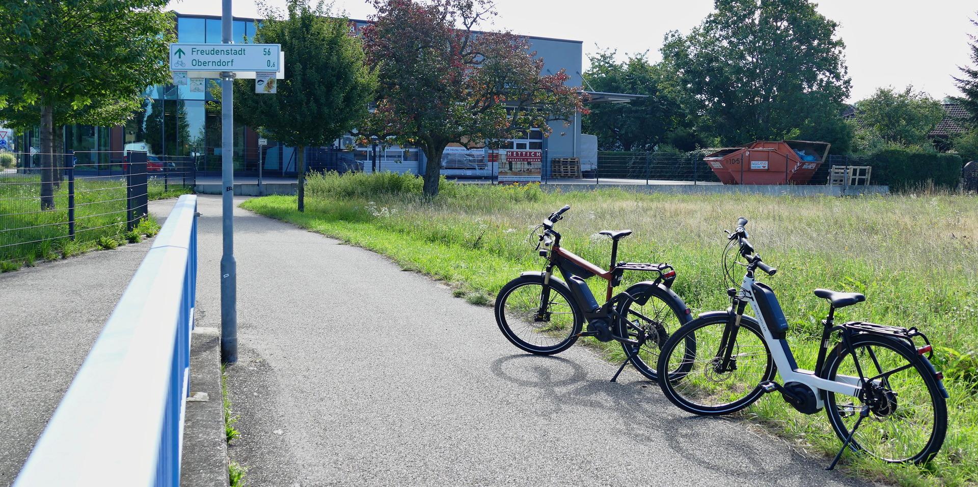 Zwei Riese & Müller Testbikes vor Tour de Murg Schild