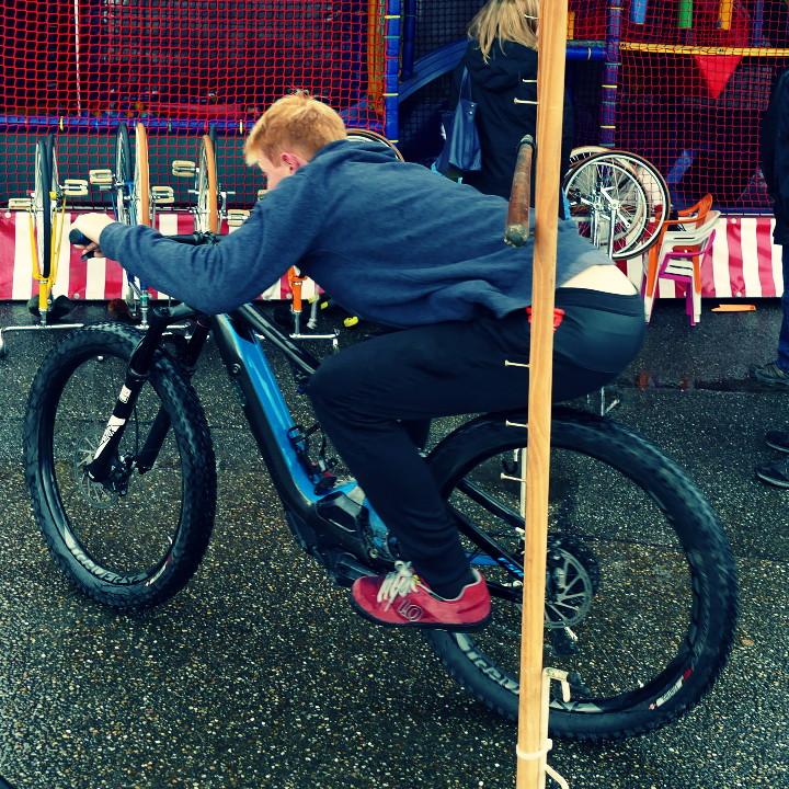 Felix Kaiser auf einem Specialized TURBO Levo beim Bike-Limbo Contest